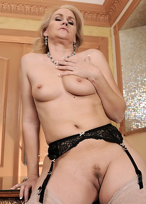 Hot Tight MILF Pussy Porn Pictures