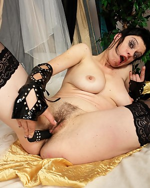 Hot Emo MILF Porn Pictures